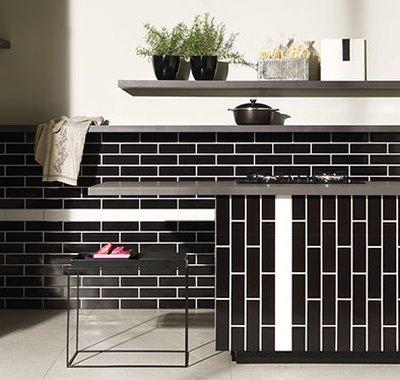 Em plena sintonia com a tendência Metro Tiles, que ressignificou o formato retangular para paredes, Chroma é a versão prática desse revestimento.