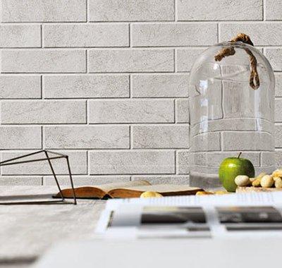 Pequenos pedriscos pontuam uma superfície de concreto.
